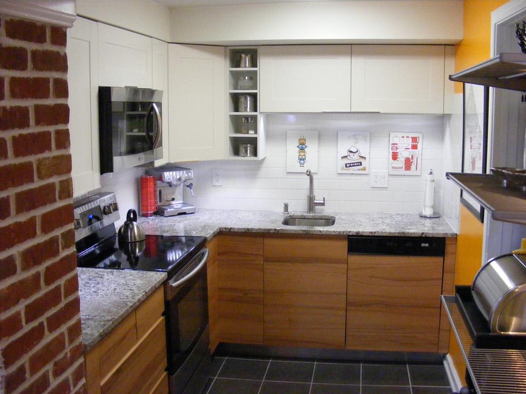 Lille køkken med en indbygget kombiovn