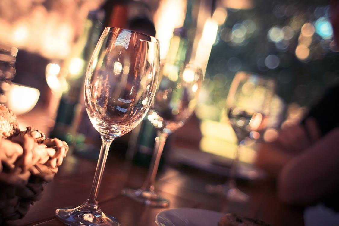 Billede af vinglas - Opbevar din vin i vinkøleskab for den bedste smag