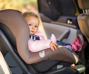Barn i autostol i bilen