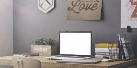 computer på bord i hjemmet